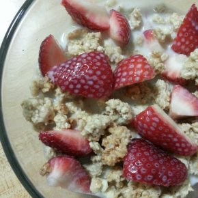 Strawberries & Granola Breakfast